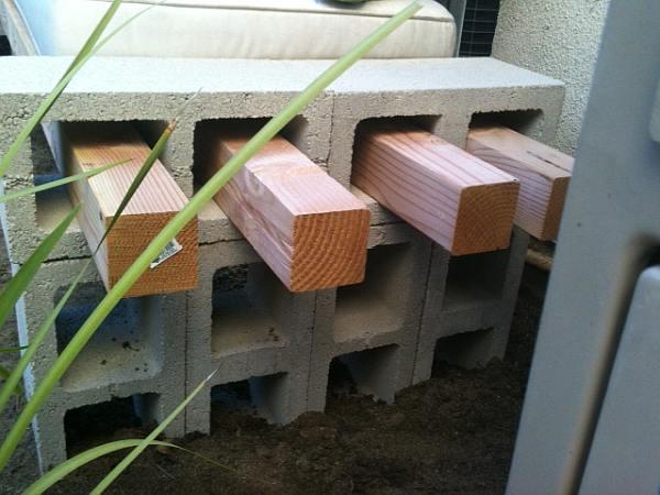 Één van de eenvoudigste tuinbanken om zelf te maken, met open betonblokken en balkjes.