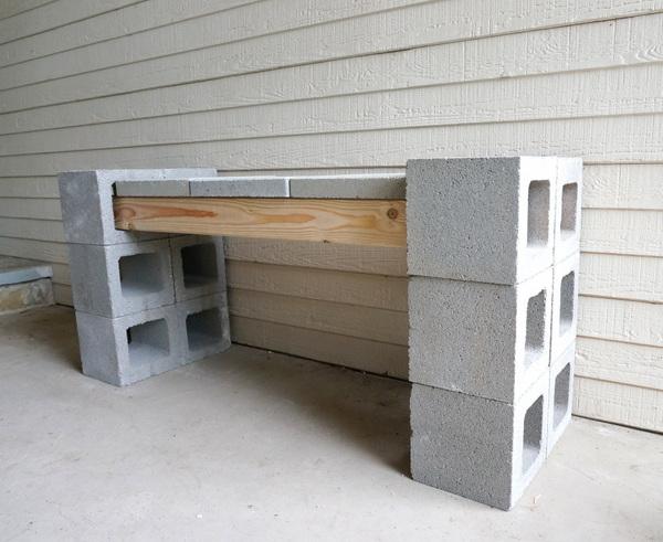 Tuinbankje van ongeverfde open betonblokken, met zitting van stoeptegels.