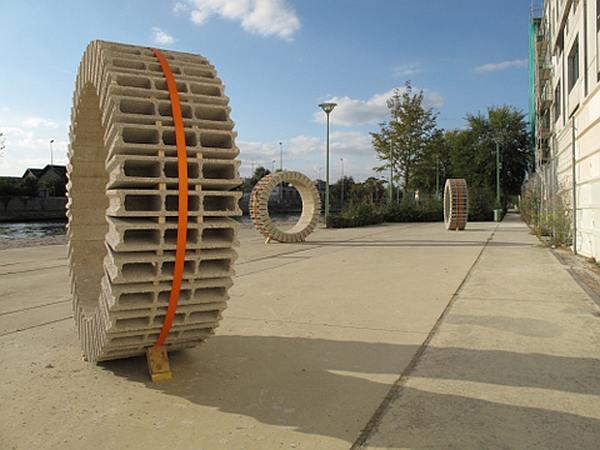 Wielen van beton, sculpturen door Vincent Ganivet.