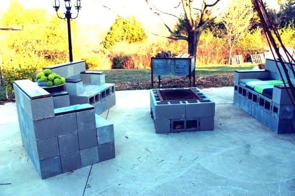 Loungeset om zelf te maken met constructieblokken en een paar steigerplanken.