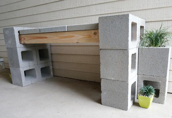 Tuinbank van betonblokken zonder rugleuning, met stoeptegels op de zitting.