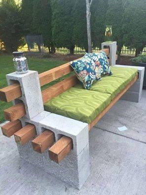 Tuinbank om zelf te maken met vastgelijmde betonblokken en dikke balken.