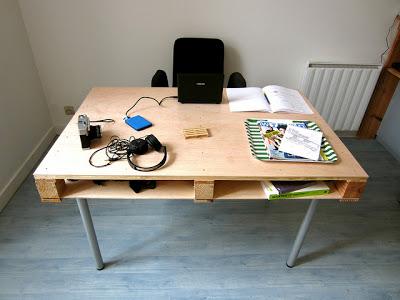 Pallet bureau met metalen tafelpoten.