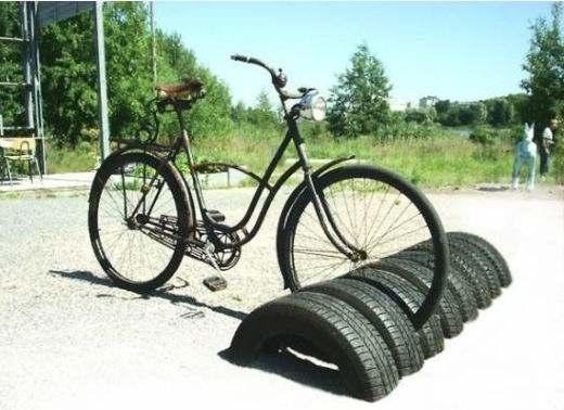 Zelf een fietsenrek maken van oude autobanden.