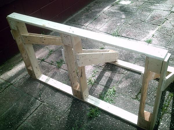 Maak zelf een simpel fietsenrekje van planken.