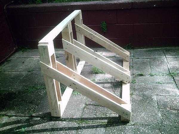 Fietsenrekken zelf maken van steigerhout of met planken van een pallet.