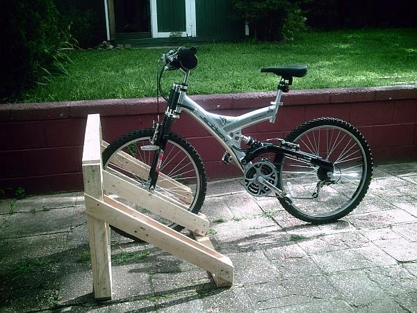 Drie fietsen passen er in dit zelfgemaakte rek.