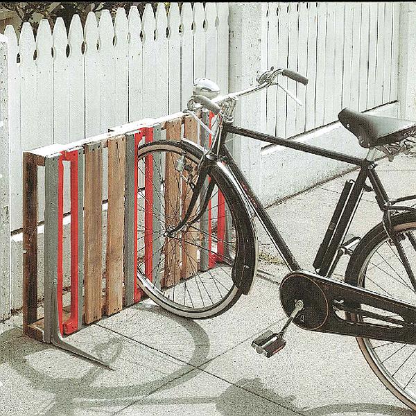 Fietsenrek maken van een pallet, standaard voor drie fietsen.