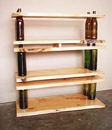 Flessen als staanders in een boekenplank.