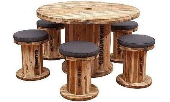 Houten kabelhaspel als krukken en tafel gebruiken.