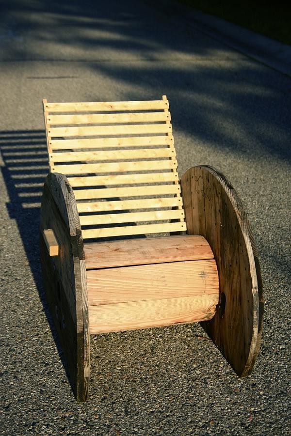 Houten kabel haspel en klos hergebruik als tafels en stoelen - Houten tafel en stoel ...