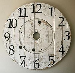 Brocante klok gemaakt met de zijkant van een houten haspel.