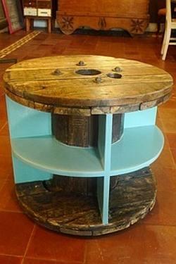 Salontafel gemaakt van een houten kabelhaspel.