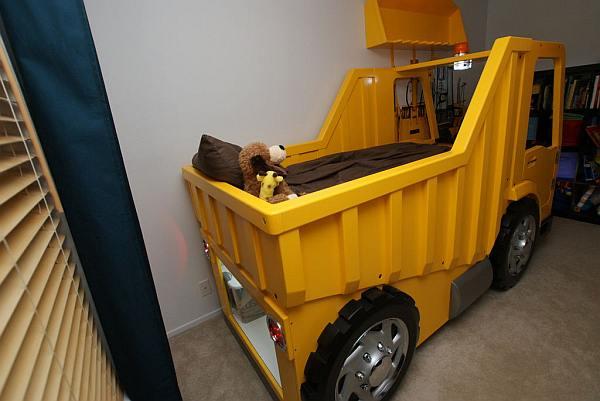 Bed maken voor kinderen, stoere vrachtwagen om in te slapen.