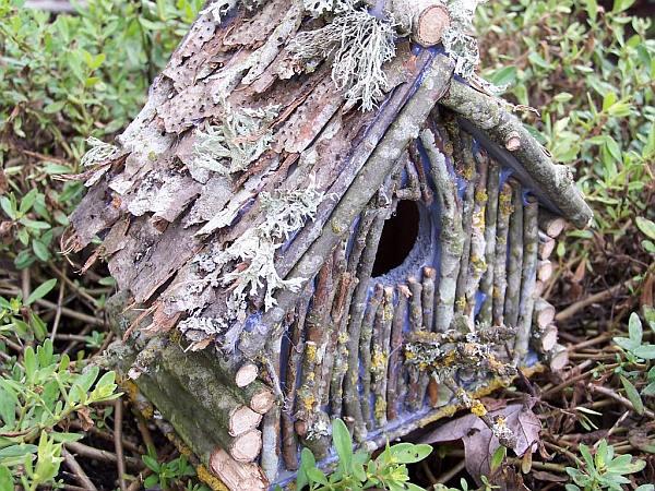 Een gecamoufleerde nestkast maken met takjes en mos.