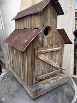 Sloophouten nestkast en vogelhuisje.