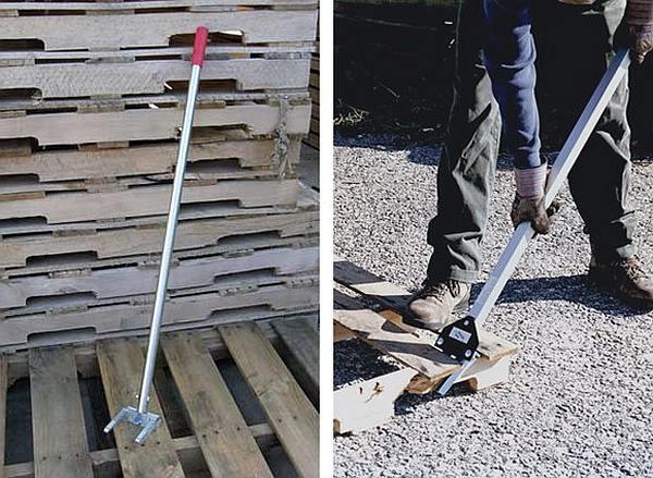 Een pallet demonteren, planken losmaken met speciaal gereedschap.