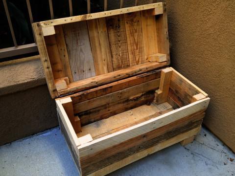 Planken van een pallet zijn gebruikt om deze houten kist te maken.