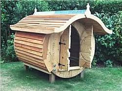 Tuinhuisje gemaakt met planken van een pallet.