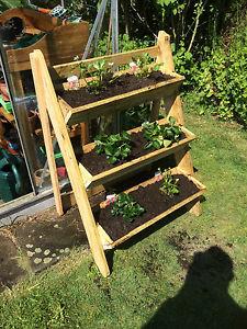 Plantenbakken maken, houten rek voor planten op drie etages.