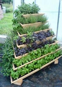 Houten plantenbakken opgestapeld als piramide.