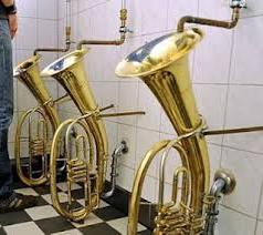 Recycling van oude muziekinstrumenten in het toilet van een jazzclub.