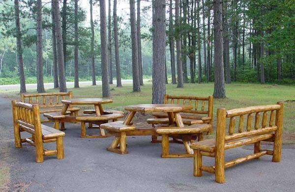 Picknicktafels en banken gemaakt van takken en een pen met gat houtverbinding.