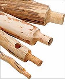 Zelf meubels maken van takken, zelfgemaakte proppen voor de houtverbinding.