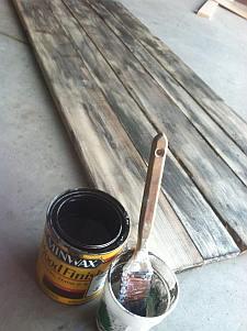 Maak nieuwe planken oud met beits.