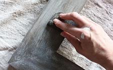 Met boenwas geef je een sleets effect aan het hout.