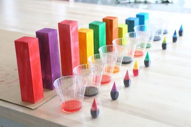 Kleurstof voor voedsel gebruiken om hout mee te kleuren.