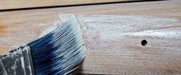 Verftechnieken voor whitewash op hout.
