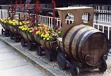 Treintje met bloembakken, gemaakt van een wijnvat.