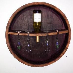 Flessenrek met glazewnhouder, gemaakt van een wijnvat.