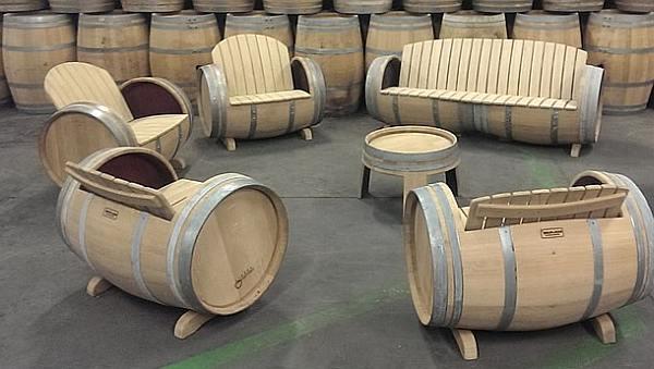 Wijnvaten gebruiken om zelf een loungeset te maken.