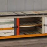 Gerecyclede planken als bouwmateriaal voor een televisiemeubel.