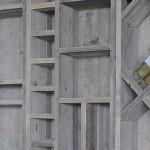 Origineel model wandmeubel met open schappen, gemaakt van steigerhout.