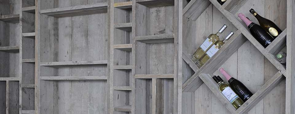Keuken Wandkast Maken : Origineel model wandmeubel met open schappen, gemaakt van steigerhout.