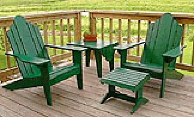 Tuinstoelen met tuintafel en voetenbankjes, groen geschilderd vurenhout.