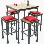 Barkrukken en bijpassende hoge tafels voor in een bar, gemaakt met steigerbuis en steigerhout.