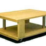 Geel geverfde salontafel op wieltjes, gemaakt van steigerhout.