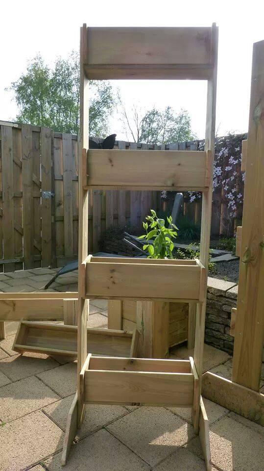 Hangtuin met bakken van steigerhout in een stellage doe het zelf - Hoe om te beseffen een tuin ...