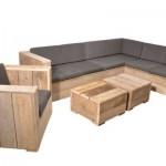 Loungeset bestaande uit een loungestoel met een lounge hoekbank en twee lage vierkante tafeltjes van steigerhout.