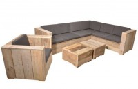Tuinstoel met een hoekbank en twee lage vierkante tafeltjes van steigerhout.
