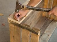 Maak zelf een houten bak van pallethout als hondenmand.