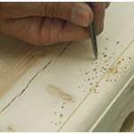 Hout kunstmatig verouderen, insectenvraat en slijtageplekken aanbrengen.