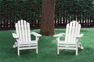 Leuke houten Adirondack stoel, eenvoudig zelf te maken met steigerplanken of hout van pallets.
