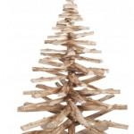 Kerstboom gemaakt van takken uit het bos.