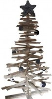 Houten kerstboom, gemaakt van latten en sloophout.