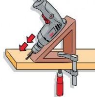 Boorhulpstuk voor schuine houtverbindingen.